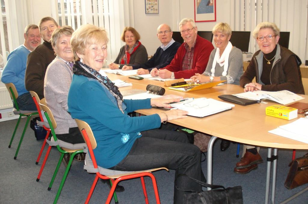 Gruppe von Senioren beim Englischkurs