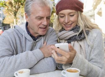 smartphoneratgeber senioren titelbild Paar