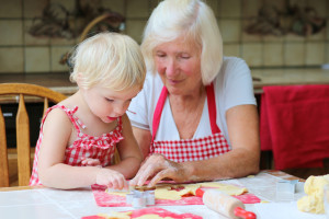 Oma mit Enkelin in der Küche